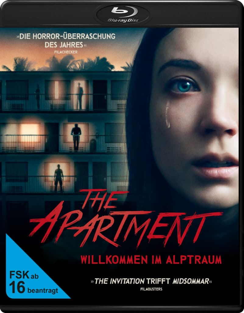 Das Cover zu The Apartment - Willkommen im Alptraum zeigt im Hintergrund den Gebäudekomplex, in dem sich die Handlung abspielt. Im Vordergrund sieht man das Gesicht von Protagonisten Sarah (Nicole Brydon Bloom) mit einer über die Wange laufenden Träne.