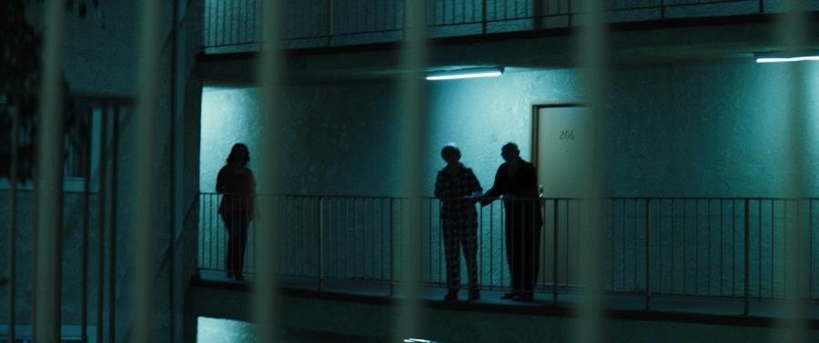 Die Nachbarn beäugen nachts mit verdächtigen Blicken den mysteriösen Wohnkomplex.