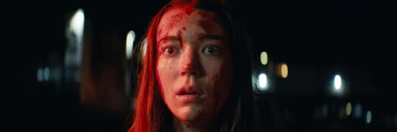 Sarah (Nicole Brydon Bloom) schaut mit blutüberströmten Gesicht entsetzt in die Nacht hinein und ist schockiert über die vergangenen Ereignisse.