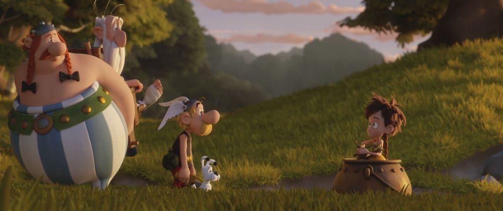 Obelix (links), Miraculix (2. v. l.) und Asterix (3. v. l.) entdecken, dass Vitrine ihnen gefolgt ist © Universum Film