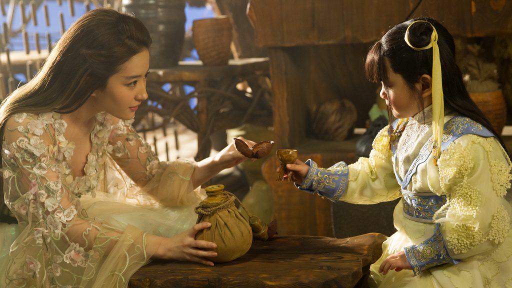 Auch ihre Vorliebe für Wein lässt Bai Qian (Yifei Liu, links) nicht vergessen ©Tiberius Film