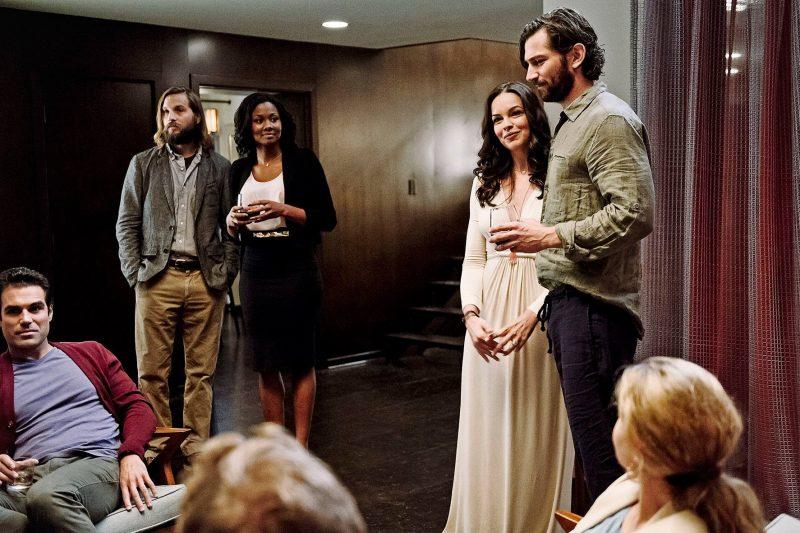 Rechts: Tammy Blanchard und Michiel Huisman als Gastgeber Eden und David in The Invitation (2015) ©Pandastorm Pictures