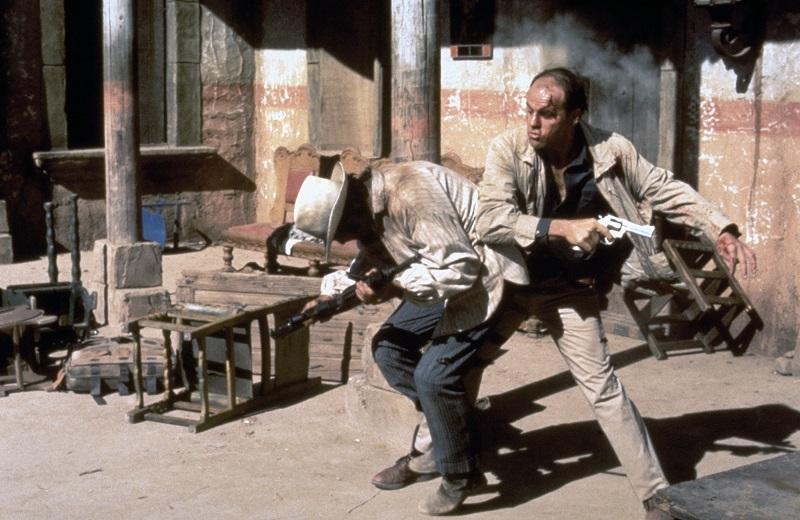 Michael Ironside verprügelt einen Banditen in Westernmanier in Ausgelöscht