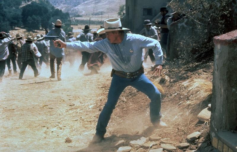 Nick Nolte zielt mit seiner Pistole, im Hintergrund Kampfgetümmel in Ausgelöscht