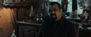 "Steven Seagal kontrolliert in Beyond the Law als Gangsterboss ""Finn"" die Straßen."