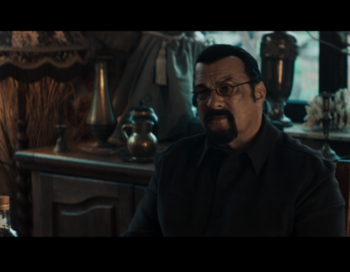 """Steven Seagal kontrolliert in Beyond the Law als Gangsterboss """"Finn"""" die Straßen."""