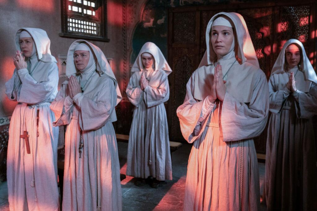 Die Nonnen beten im Zwielicht ihres zur Abtei umfunktionierten Palastes - Neu bei Disney+ im März 2021