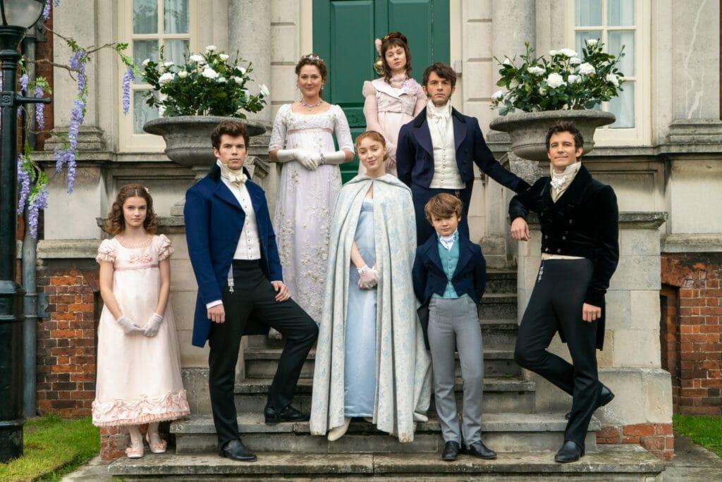 Ein Porträt der Charaktere im Kostüm-Drama Bridgerton auf den Stufen vor ihrem Haus - Neu auf Netflix im Dezember 2020