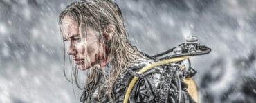 Ida (Moa Gammel) kämpft im verschneiden Meer um das Überleben ihrer Halbschwester.