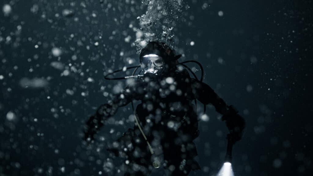 Ida (Moa Gammel) kämpft in der dunklen See mit sich selbst und den unwirtlichen Gegebenheiten in Breaking Surface.