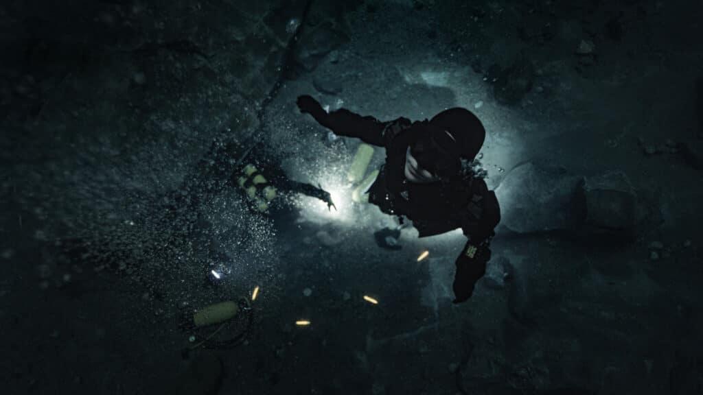 Ida (Moa Gammel) lässt ihre Halbschwester Tuva (Madeleine Martin) zurück, um eine Lösung für das lebensbedrohliche Problem zu finden. Sie schwimmt allein durch das dunkle Wasser, das nur von Leuchtstäben erhellt wird.