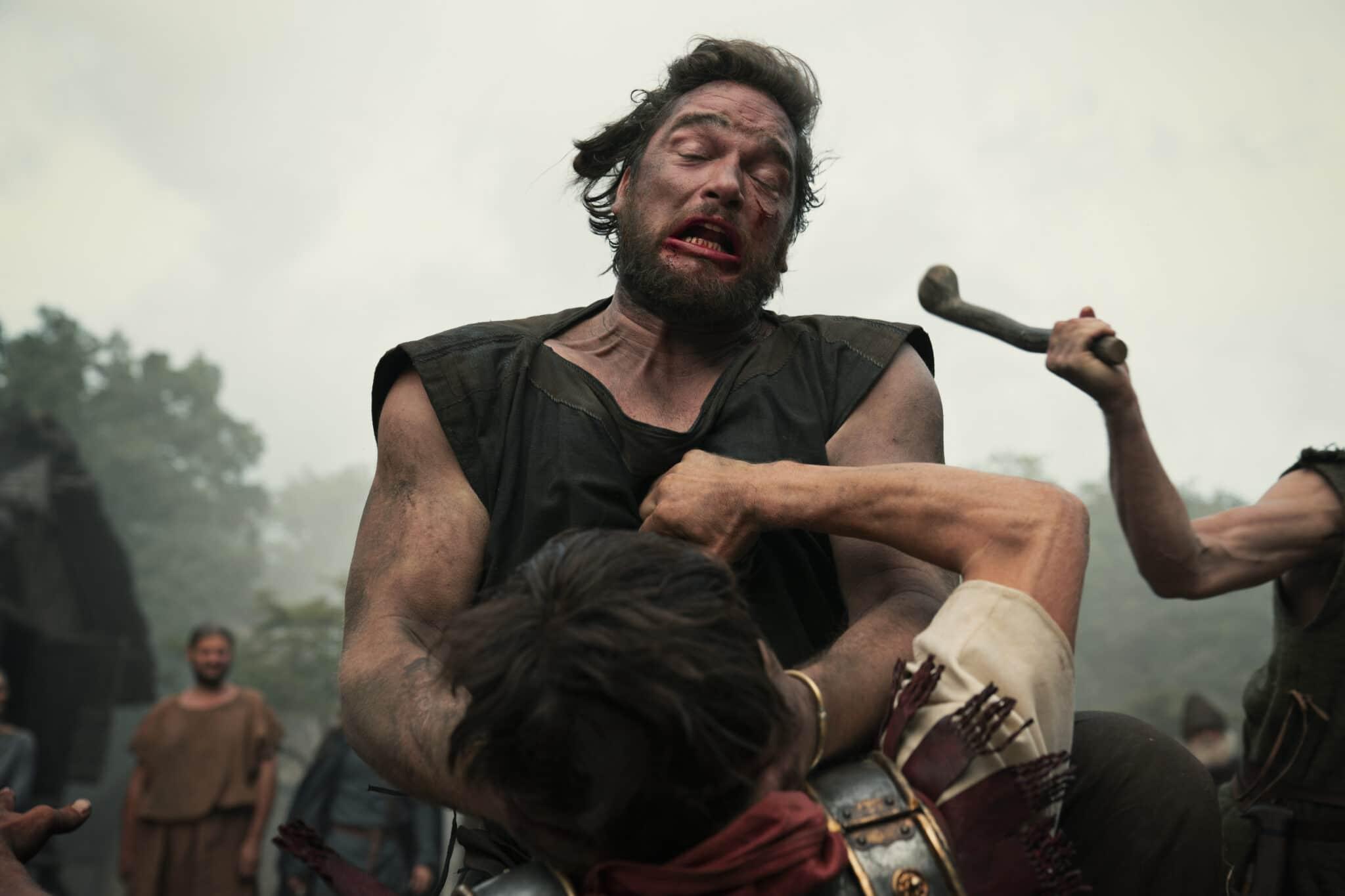 Ein Germane (Ronald Zehrfeld) mit Blut im Gesicht kämpft in Barbaren energisch mit Arminius (Laurence Rupp).