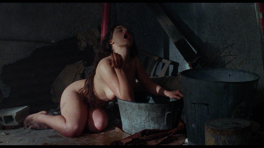 Yanka wäscht sich nackt vor einem großen Eimer   Baby Blood