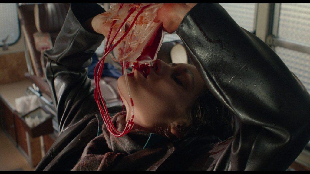 Yanka (Emmanuelle Escourrou) trinkt einen Beutel mit Blut in Baby Blood