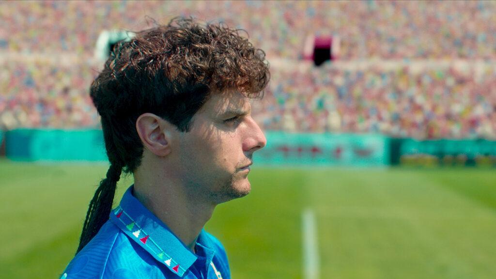 Roberto Baggio im Profil. Hochkonzentriert starrt er auf dem Feld ins Leere und wartet auf den Anpfiff.