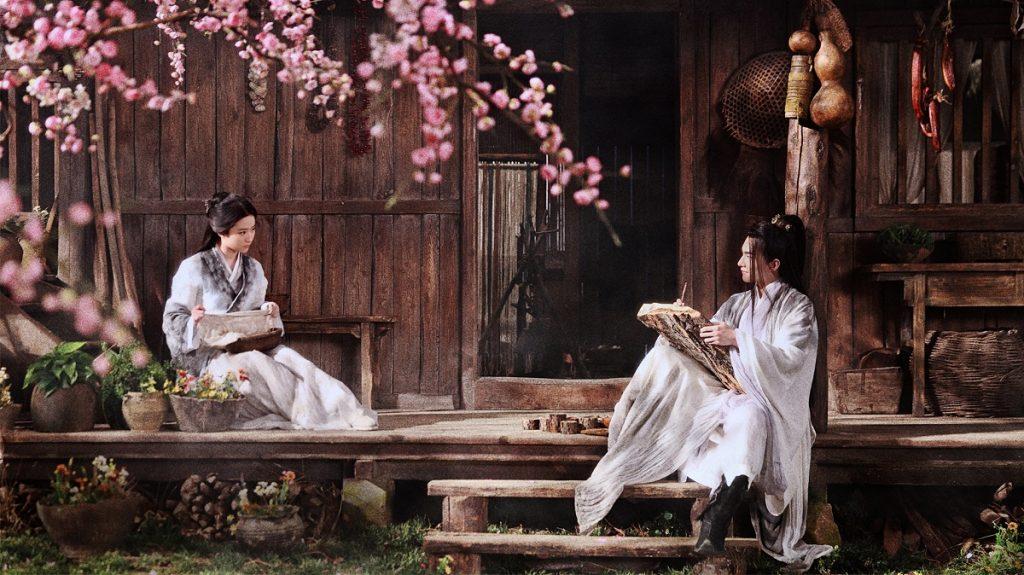 Bai Qian (Yifei Liu) und Ye Hua (Yang Yang) mit einem Pfirsichbaum im Vordergrund ©Tiberius Film