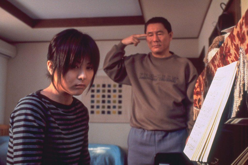 Ai Maeda als Shiori mit ihrem filmischen Vater Kitano, gespielt von Takeshi Kitano, gemeinsam im Kinderzimmer in Battle Royale II