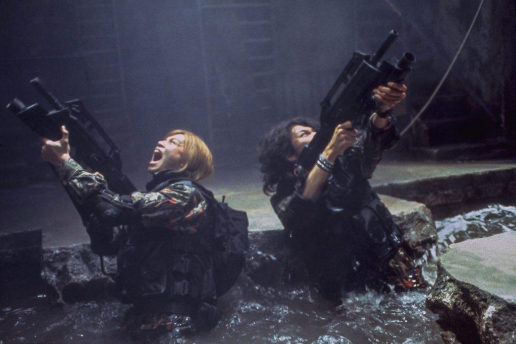 Zwei Schüler in Kampfuniform und bewaffnet im Überlebenskampf in Battle Royale II