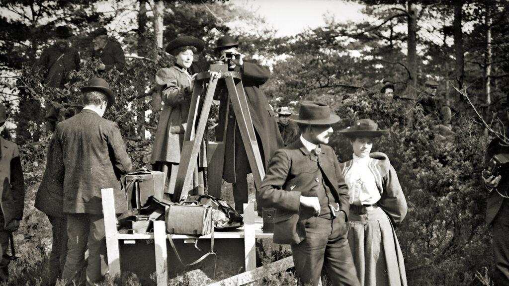 Archivbild, Alice Guy-Blaché auf einem Podest im Wald hinter der Kamera, BE:NATURAL - SEI DU SELBST
