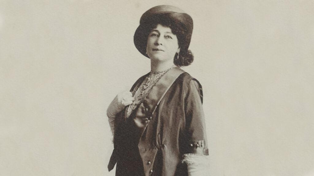 Schwarz-weiß-Foto Alice Guy-Blachés stolz mit Hut