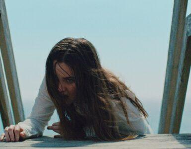 Emily (Liana Liberato) kämpft sich kriechend vom Strand zurück ins Haus. in The Beach House