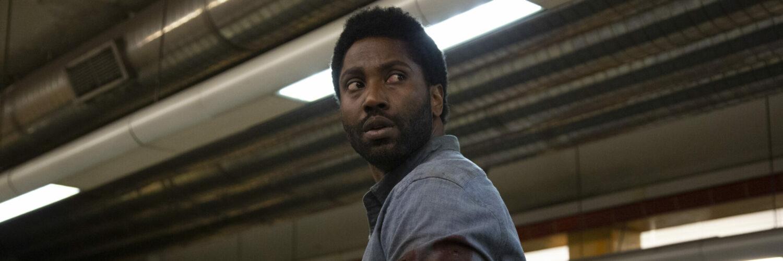 Beckett (John David Washington) steht in einer U-Bahn-Station und blickt sich um, ob er verfolgt wird. Seine linke Hand ist von einem blauen Gips umhüllt und an seinem linken Arm ist Blut zu erkennen.