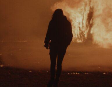 Ava, gespielt von Jenna Lyng Adams, steht in Before the Fire - Angst ist ansteckend vor einer Feuersbrunst.