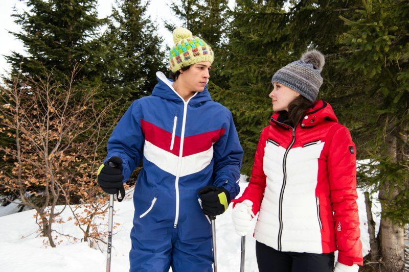 Beim Skifahren kommen sich Denis (Emilio Sakraya) und Charlotte (Sonja Gerhardt) näher ©Sony Pictures