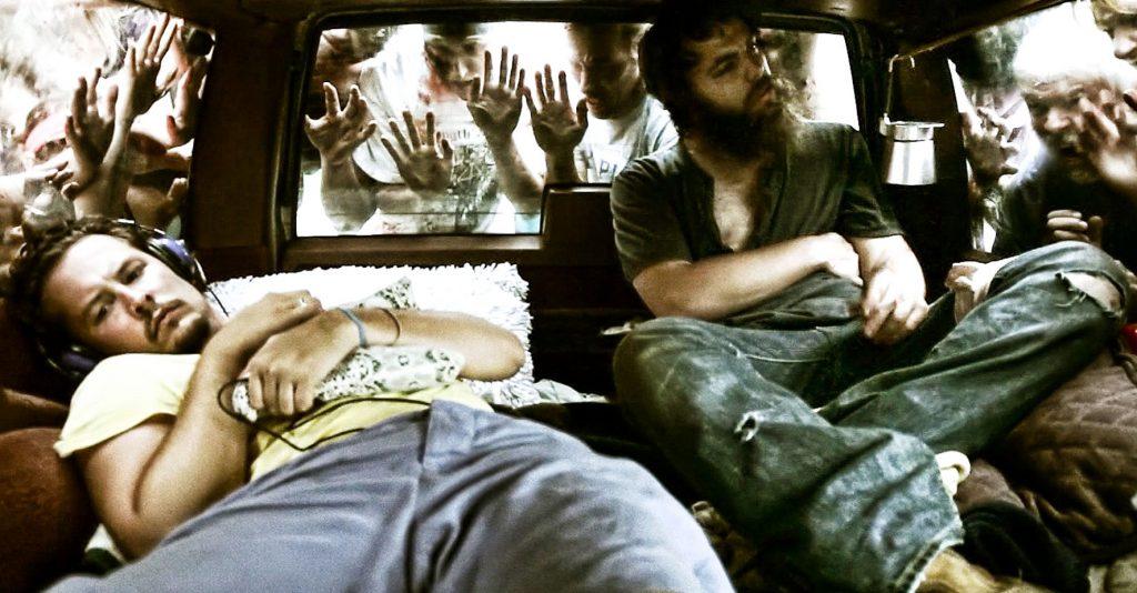 Ben (Jeremy Gardner) und Mickey (Adam Cronheim), gefangen in einem Auto und umringt von blutrünstigen Untoten in Ben & Mickey vs. The Dead. © Meteor Film