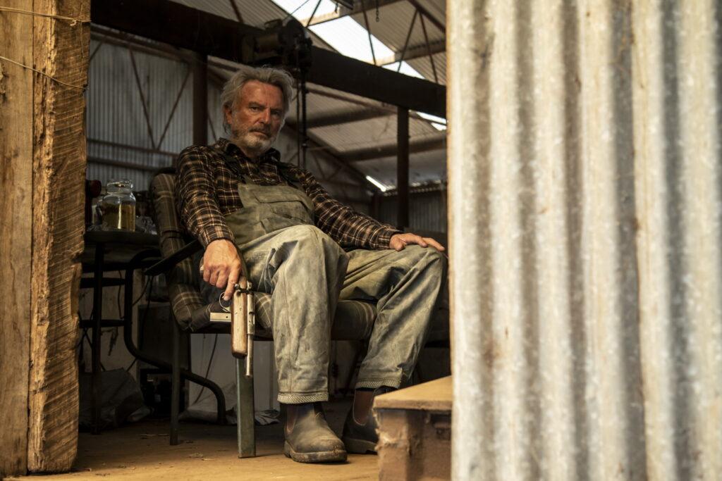 Colin sitzt in Besser wird's nicht mit verzweifelter Miene und einer Pistole in einem Stuhl, nachdem er seine Schafe getötet hat.