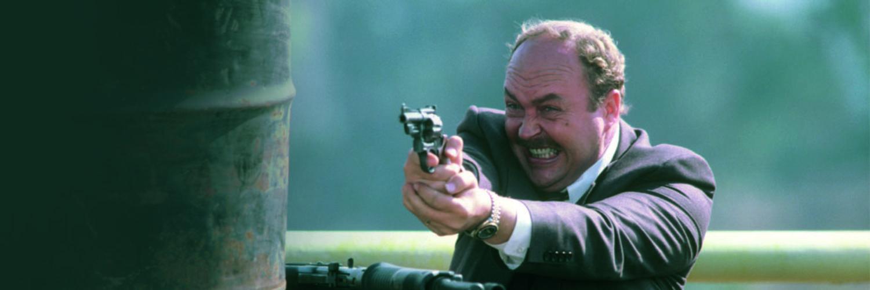 John Ashton mit erhobener Waffe in Beverly Hills Cop II