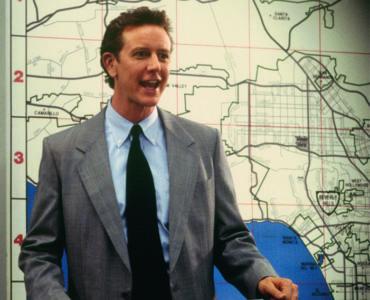 Billy Rosewood (Judge Reinhold) präsentiert stolz seine neue Aufgaben als Sergeant in Beverly Hills Cop III.
