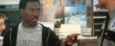 Eddie Murphy hebt warnend den Finger in Beverly Hills Cop - Ich lös' den Fall auf jeden Fall