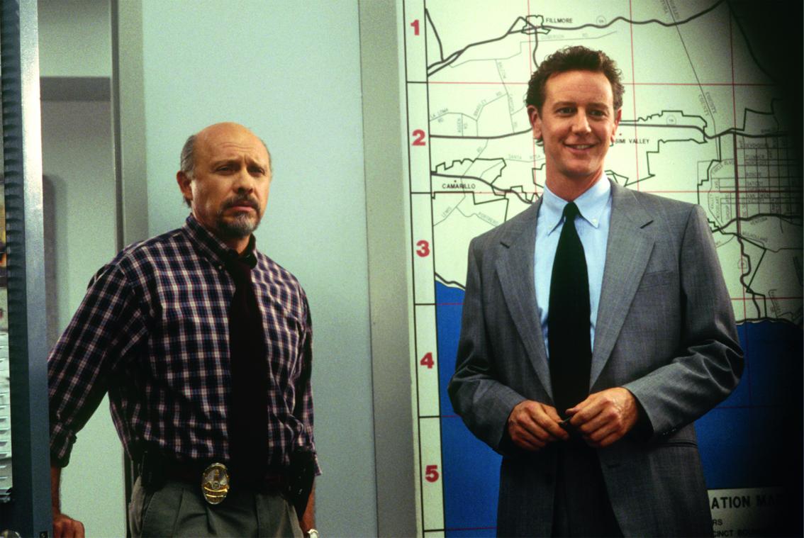 In Billy Rosewoods (Judge Reinhold) neuem Büro erwarten er und Jon Flint (Hector Elizondo, links im Bild) den Rückkehrer Axel Foley (nicht im Bild).