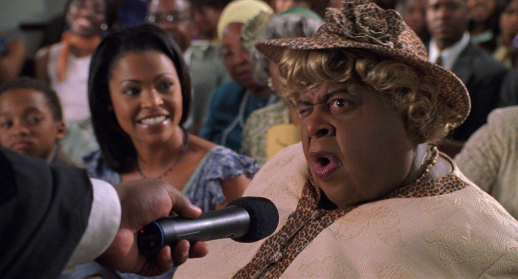 Big Mama (Martin Lawrence) wird in Big Mamas Haus dazu angehalten, für die Gemeinde in der Kirche eine Rede zu halten. © Koch Films