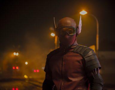 Nachts steht Gundala kostümiert in den Straßen Indonesiens