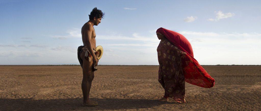 José Acosta und Natalia Reyes stehen sich auf einer weiten Fläche gegenüber