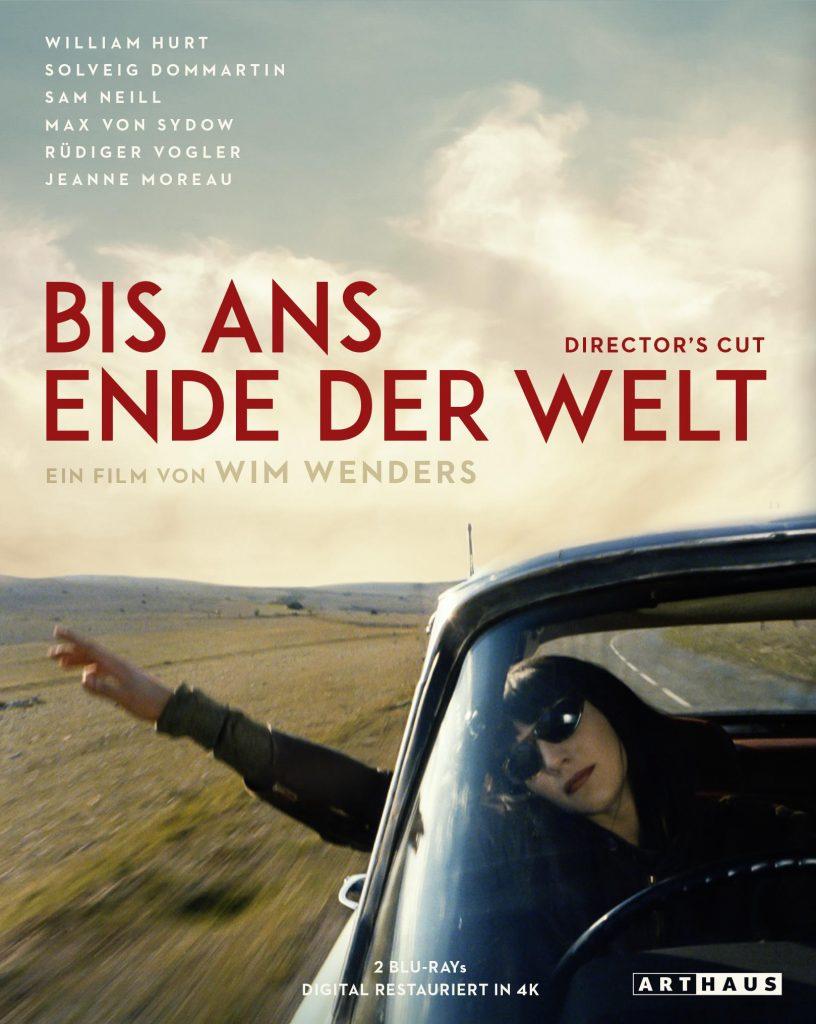 Das Cover der Blueray von Bis ans Ende der Welt zeigt Claire Tourneur, gespielt von Solveig Dommartin, am Steuer ihres Wagens über eine frantösische Hochebene fahren. Sie hält ihre rechte Hand hoch aus dem Seitenfenster gestreckt.