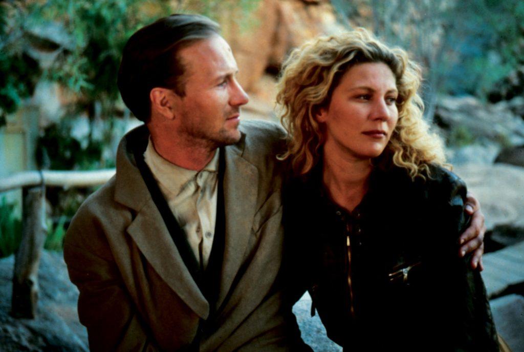 Farber, gespielt von William Hurt, ist links im Bild. Er blickt über seine linke Schulter auf Claire, gespielt von Solveig Dommartin, und hält sie in seinem linken Arm. Zwischen den Beiden hat sich eine Liebesbeziehung entwickelt.