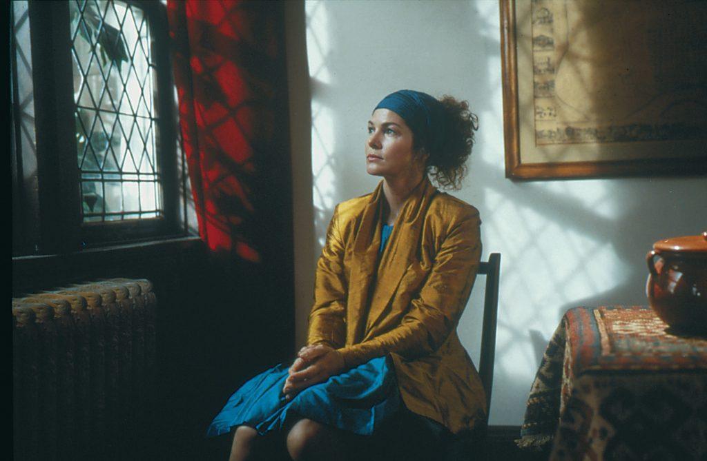 Sam Farbers Schwester Elsa, gespielt von Lois Chiles, posiert für die Aufnahme mit Farbers Spezialkamera. Sie sitzt auf einem Stuhl und blickt nach links in Richtung eines Fensters. Sie trägt ein Stirntuch um ihr Haar. Wenders stellte mit dieser Aufnahme ein Gemälde des niederländischen Barockmalers Jan Vermeer nach.