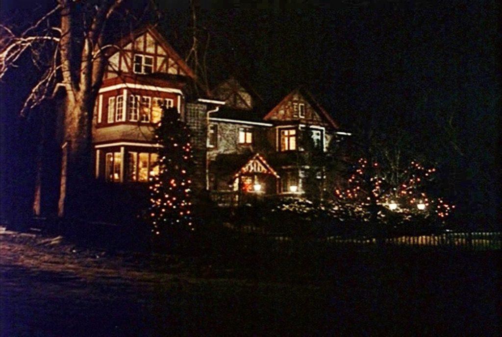 Ein weihnachtlich beleuchtetes Wohnheim.