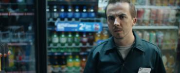 Frankie Muniz steht an einer Verkaufstheke im Gemischtwarenladen.