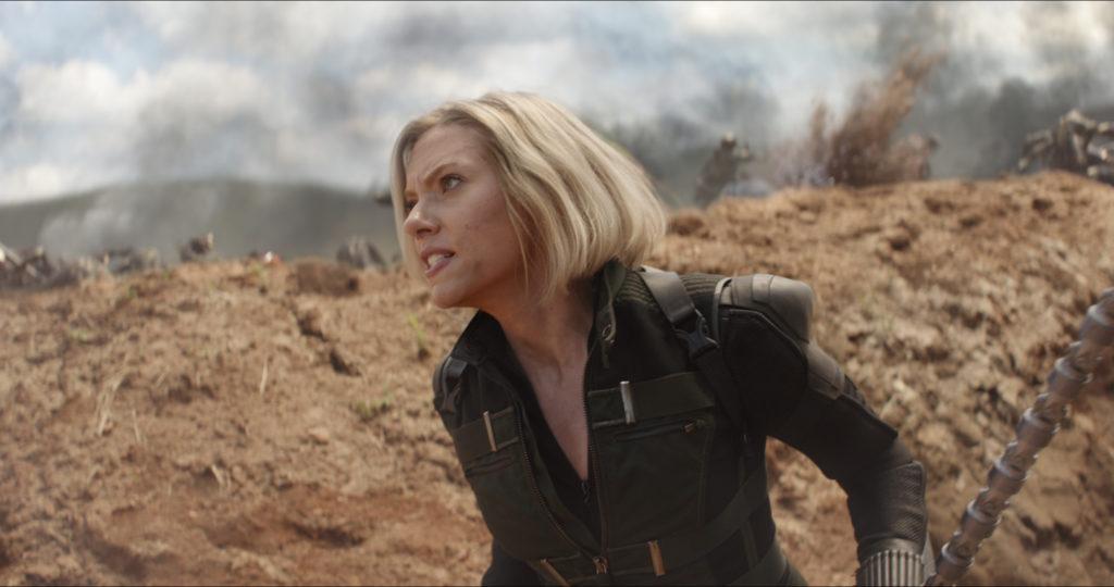 Scarlett Johansson als Marvel Heldin Black Widow in Avengers: Infinity War kampfbereit in einem Graben