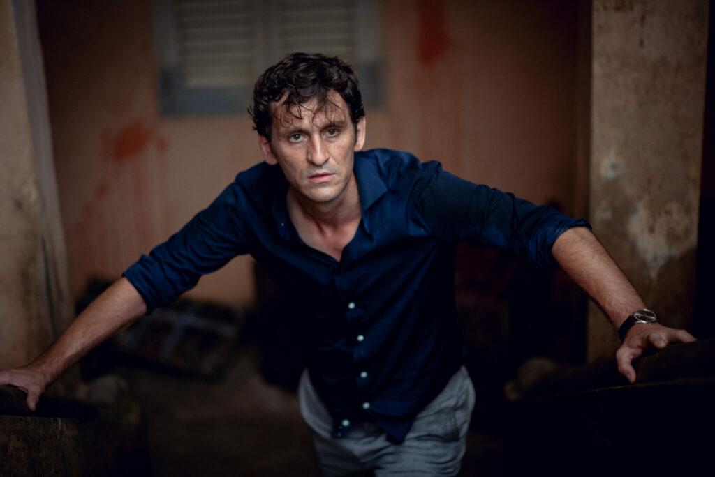 Carlos, gespielt von Raúl Arévalo, kommt in Black Beach dem Komplott auf die Spur, als er die Spuren eines Massakers entdeckt.