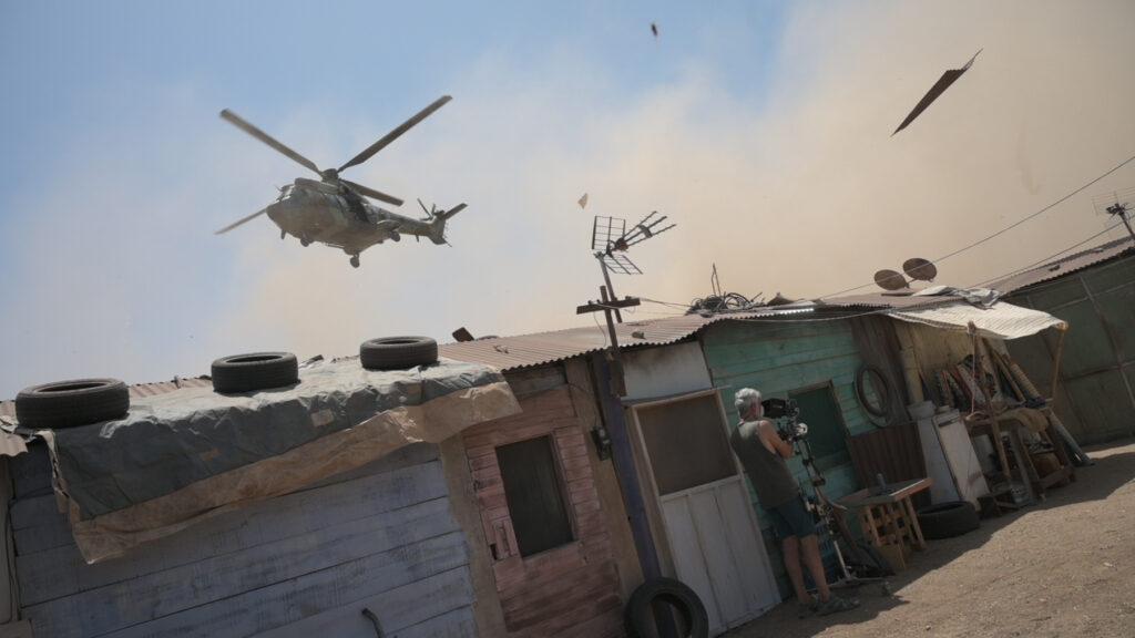 Ein Kameramann beim realitätsnahen Dreh von Black Beach in einem Slum in Ghana.
