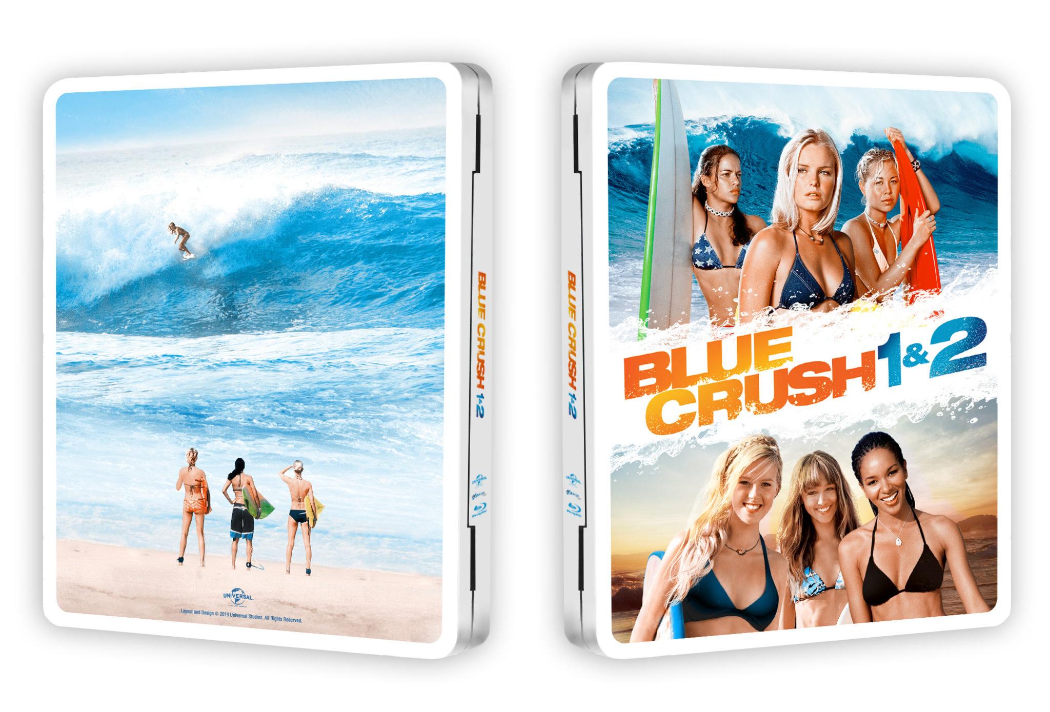 """Das aufgeklappte Blu-Ray-Steelbook von """"Blue Crush"""" 1+2. Links das Backcover, das die drei Hauptdarstellerinnen aus """"Blue Crush"""" in einer Rückansicht, wie sie am Strand stehend einer Surferin zusehen. Rechts das Frontcover mit ihnen und den drei Hauptdarstellerinnen von """"Blue Crush 2"""" auf zwei übereinander gelegten Fotos."""