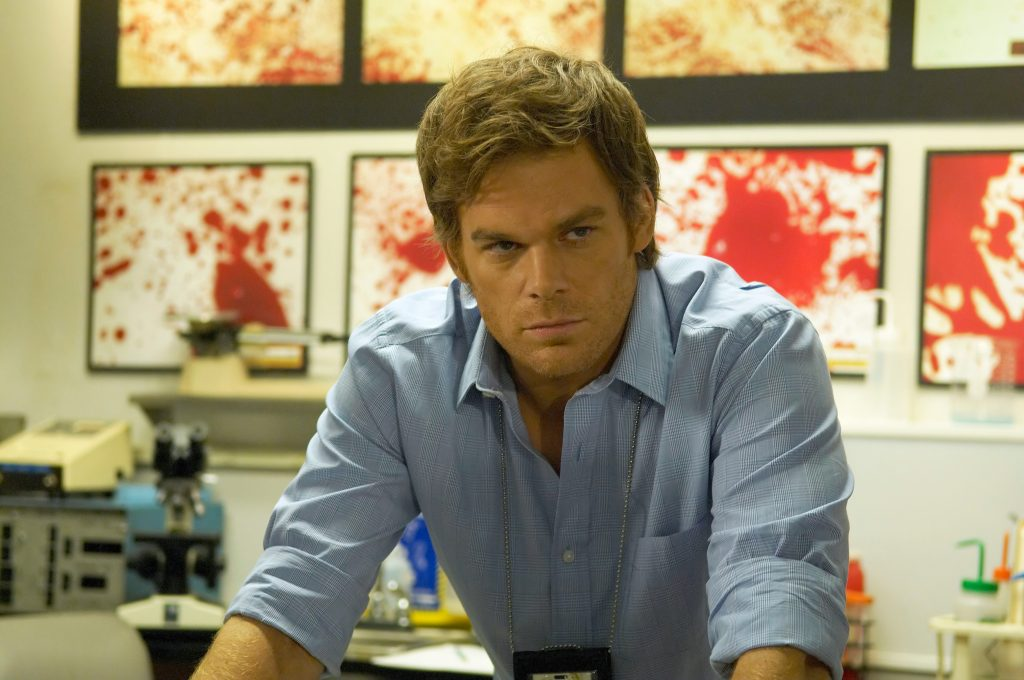 Dexter Morgan (Michael C. Hall), nachdenklich in seinem Forensiker-Labor.