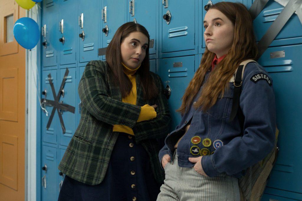 Amy (Kaitlyn Dever) und Molly (Beanie Feldstein) diskutieren in Booksmark in der Schule