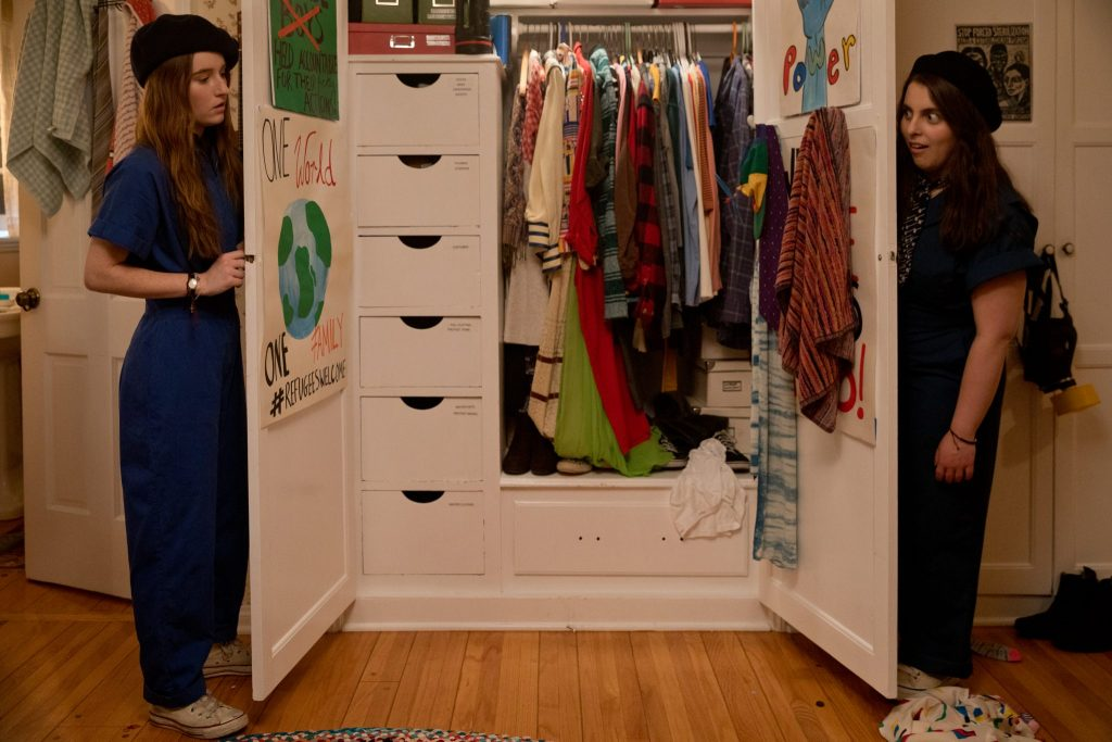 Amy (Kaitlyn Dever) und Molly (Beanie Feldstein) kleiden sich in Booksmart für ihre erste Party ein.