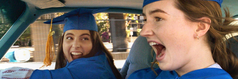 Amy (Kaitlyn Dever) und Molly (Beanie Feldstein) in Booksmart freudig auf dem Weg zum Abschlussfest